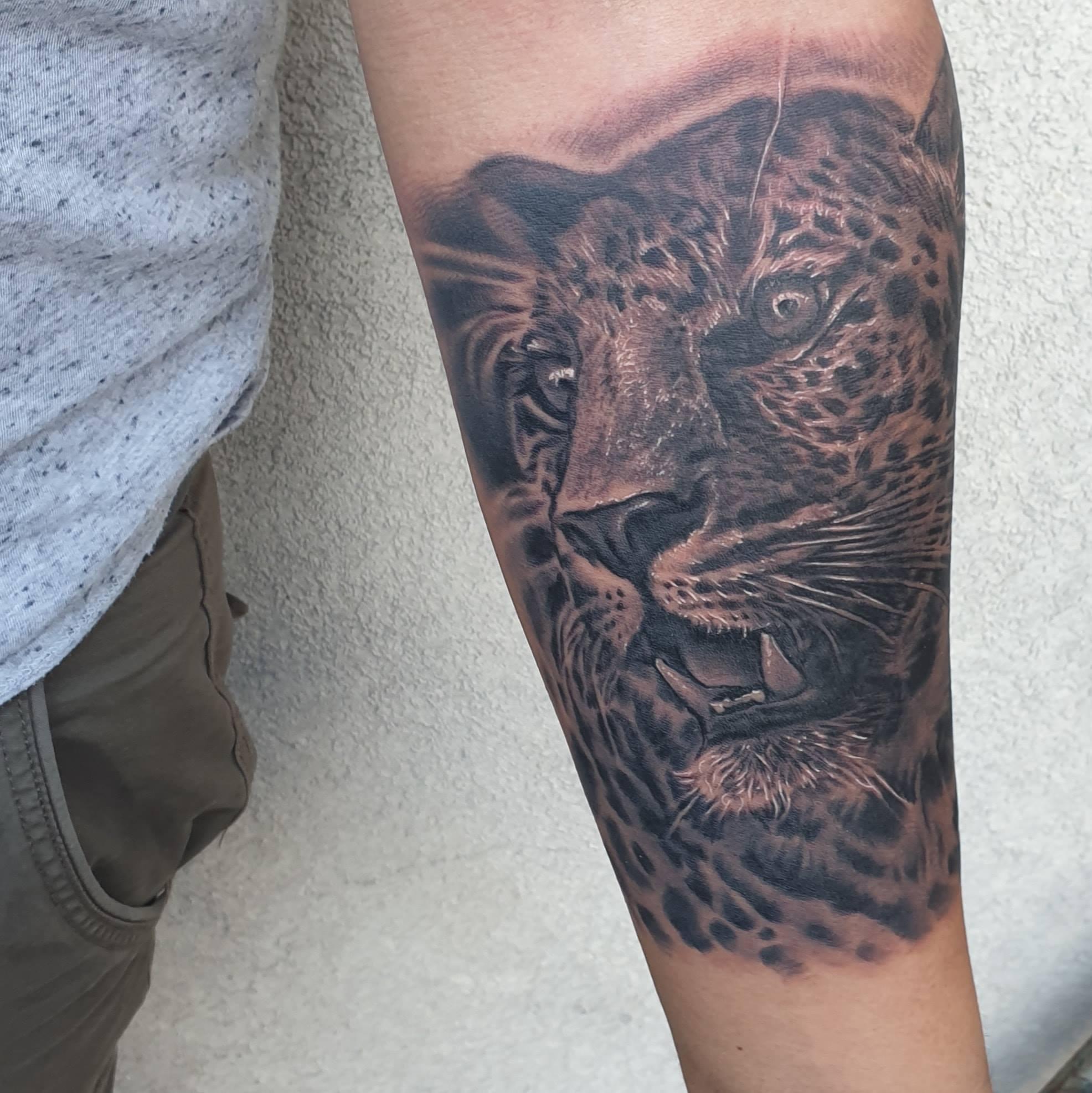 Tatouage realiste animaux guepard noir et gris