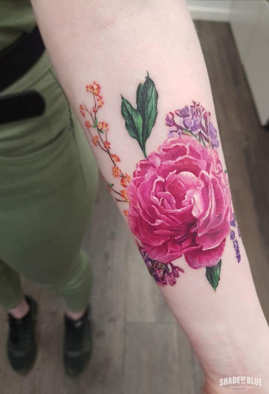 Tatouage realiste couleurs fleurs avant bras