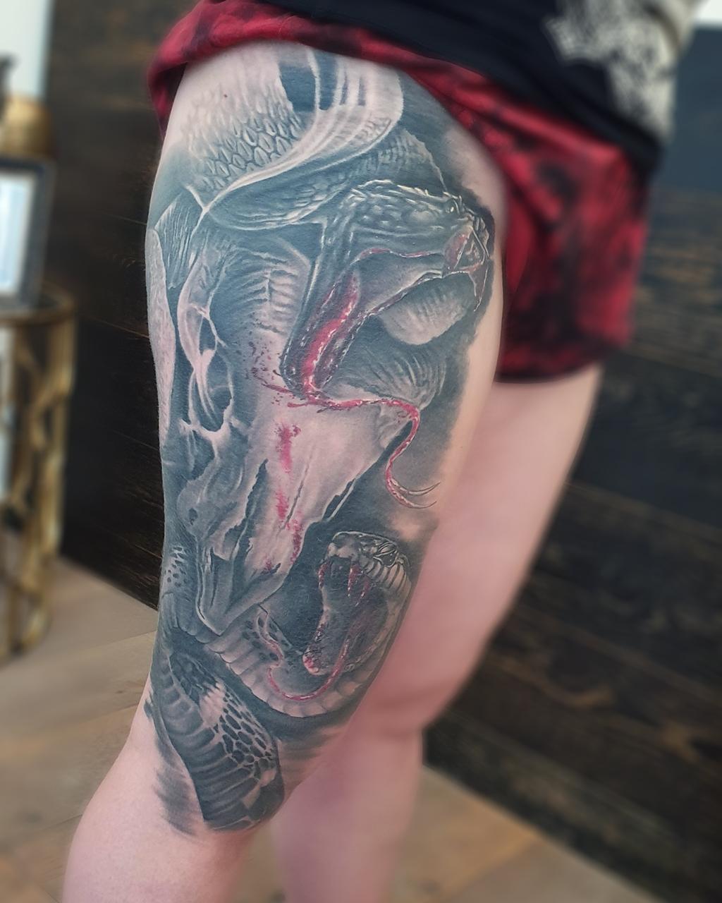 Tatouage realiste noir et gris dark skull et serpents